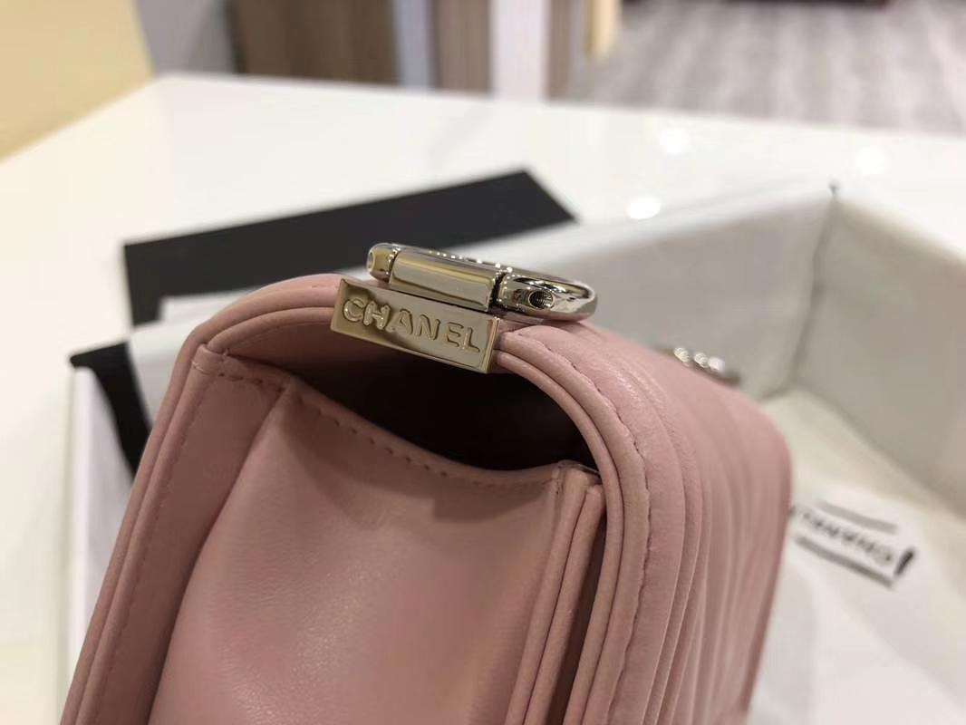 Chanel 香奈儿 Leboy Bag 大V款 小羊皮 20cm 浅粉色 古银