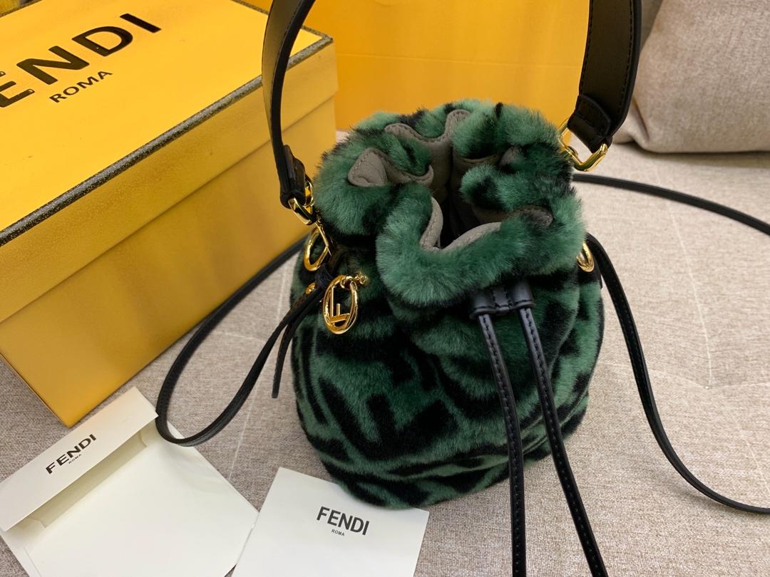 MONTRESOR水桶包抽绳开合缀以羊毛造型 绿色5538