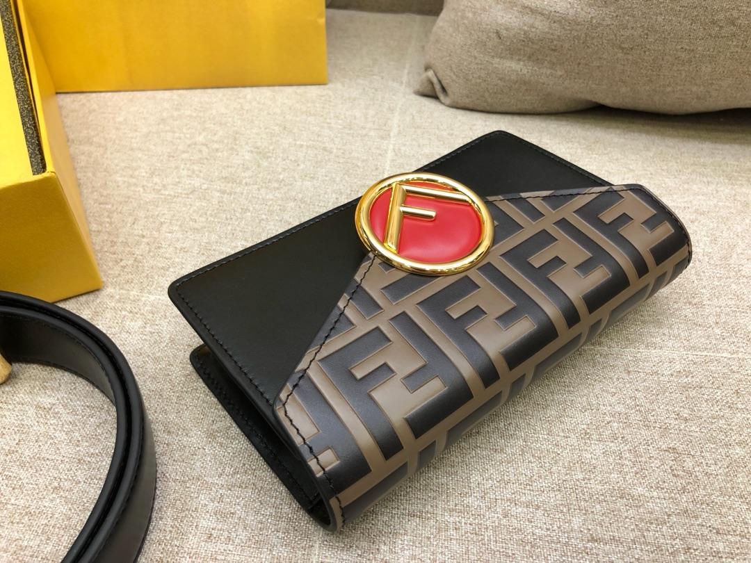 Fendi 芬迪腰包搭配饰有标志的勾扣 可做腰包或手袋 滋扣开合 18x10x4cm