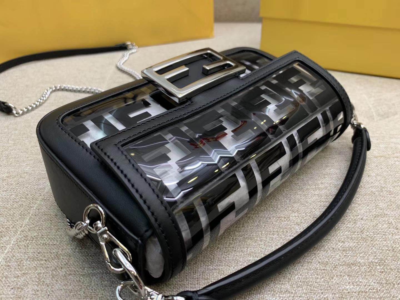 Baguette手袋 全透明的TPU 包身被F 印花覆盖 很契合当下的透明风潮
