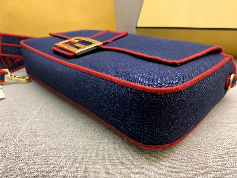 Baguette系列牛仔布材质 红色刺绣边缘 内衬配有拉链袋 33x18x5.5cm