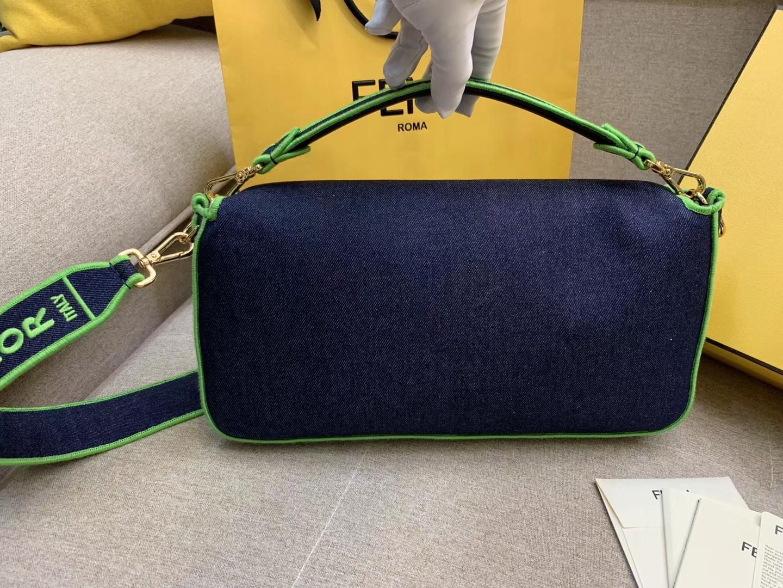 Baguette系列牛仔布材质 绿色刺绣边缘 内衬配有拉链袋 33x18x5.5cm