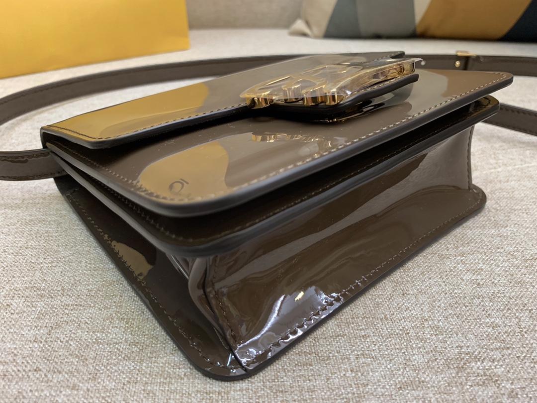 KarlLagerfeld最新系列 翻盖手袋漆皮材质 17x14x6cm 褐色