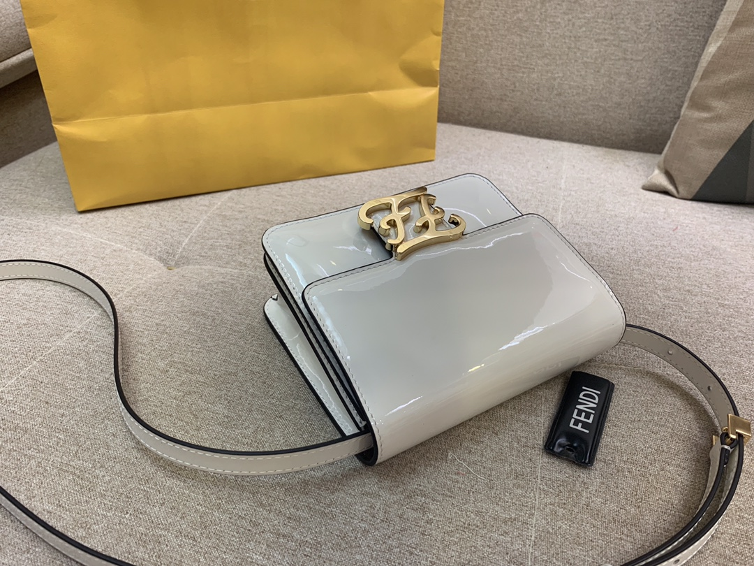 Karl Lagerfeld 最新系列 翻盖手袋 漆皮材质 17x14x6cm 白色