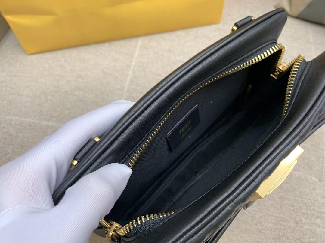 Fendi 芬迪 腰包 斜跨包 23x18x6cm 翻盖设计 按扣款 黑色