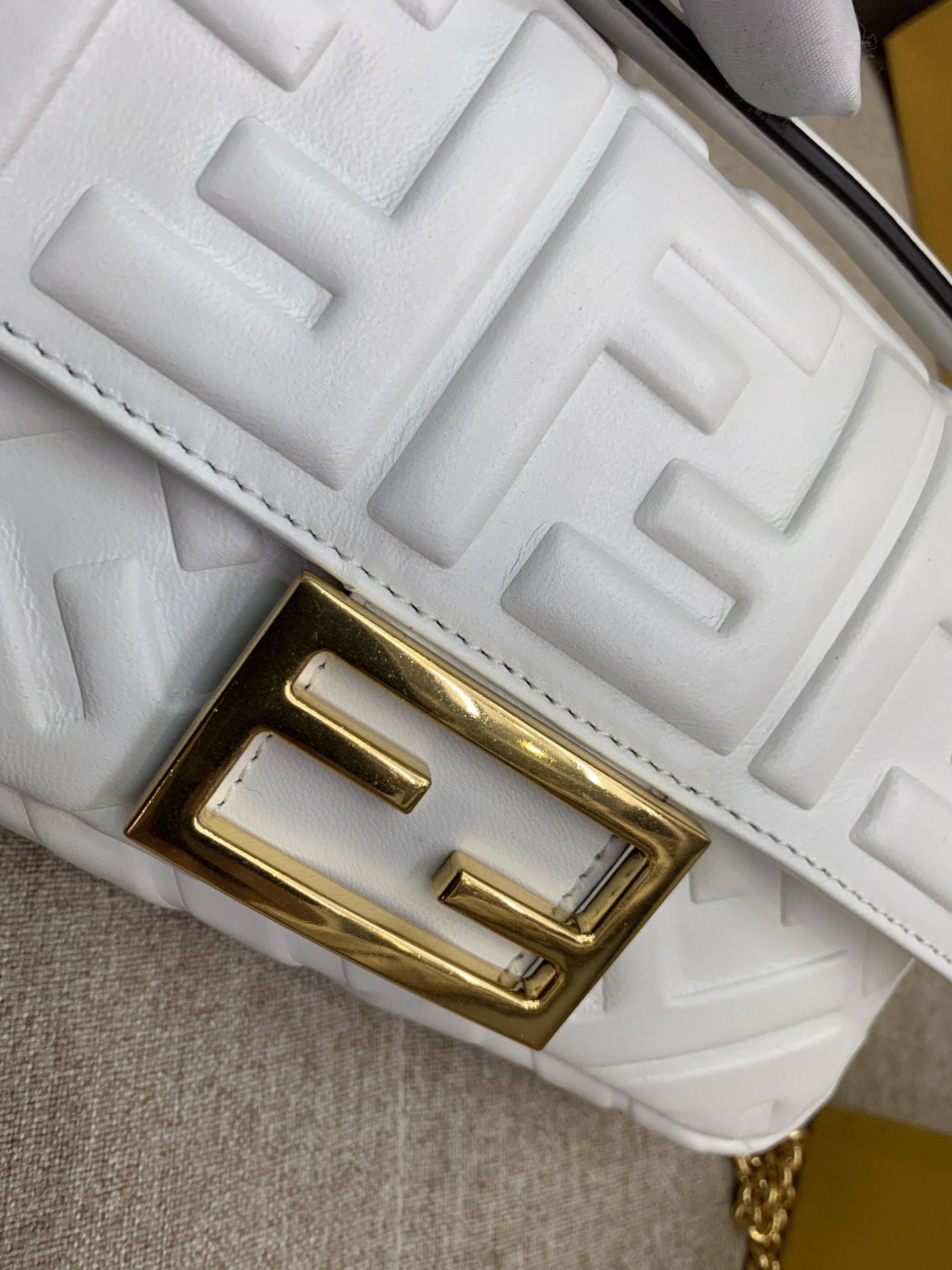 Fendi 芬迪 小号19cm Baguette 经典包款 FF凸纹 白色