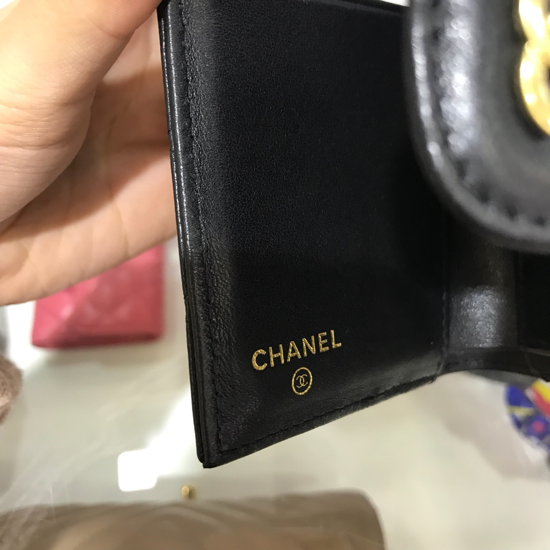 Chanel 香奈儿《三折小钱包》 进口小羊皮~黑色金扣~有少量现货