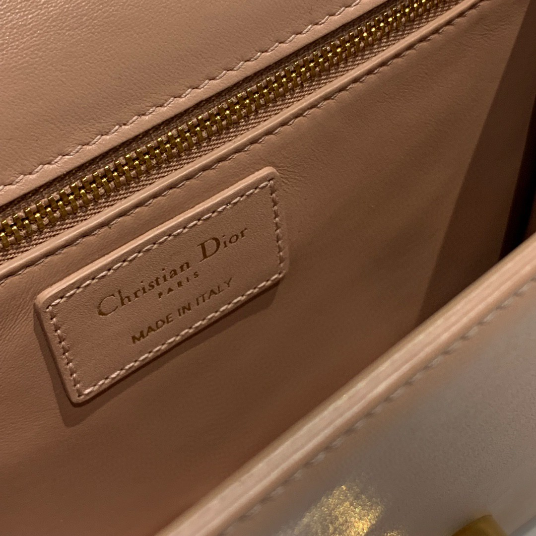 #Montaigne30#原工厂裸粉胎牛皮 24cm 纯铜五金表面电镀24k金 德国亚曼粗蜡线 每一个针孔都有特色花型