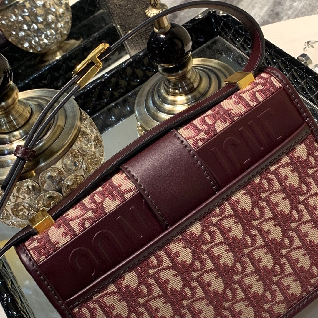 #Montaigne30#原工厂红色帆布   24cm 纯铜五金表面电镀24k金    德国亚曼粗蜡线 每一个针孔都有特色花型