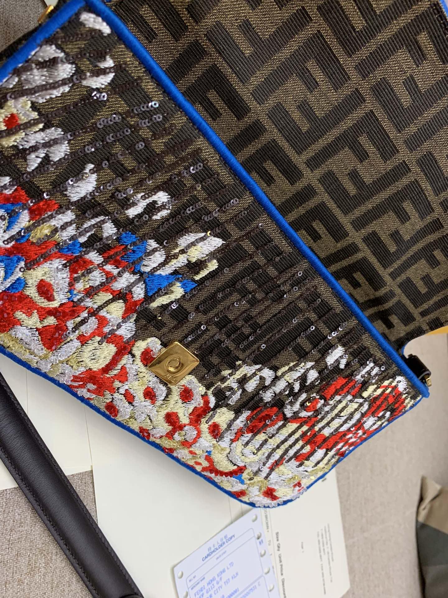 FENDI现货 Baguette 最经典的包款 翻盖设计 内衬配有拉链袋 饰有日落图案缝线刺绣亮片和饰珠 26cm 8012