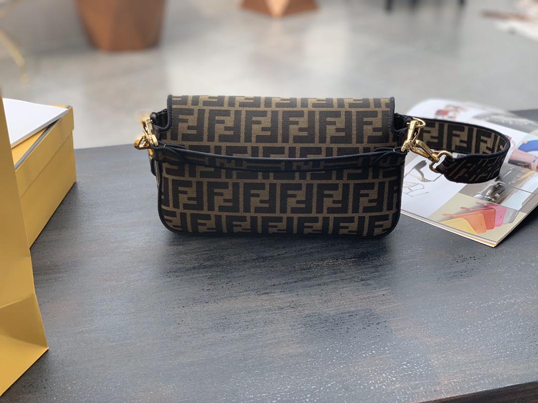 Baguette经典包款 布料材质 提花FF图案 黑色刺绣边缘 26cm
