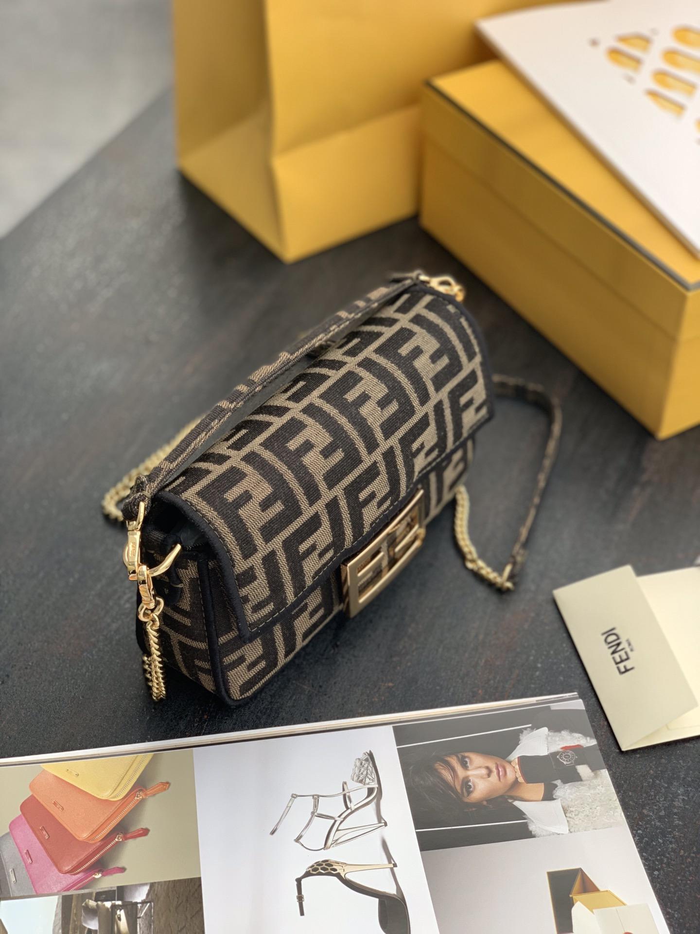 Baguette经典包款布料材质 现货 提花FF图案 黑色刺绣边缘 19cm