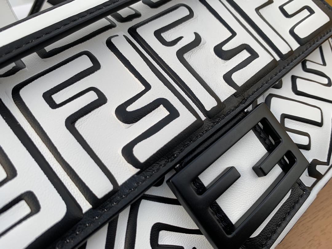 Fendi 芬迪 California Sky 加州最新系列 黑白配色的baguette 手袋 二次元涂鸦线条 26cm