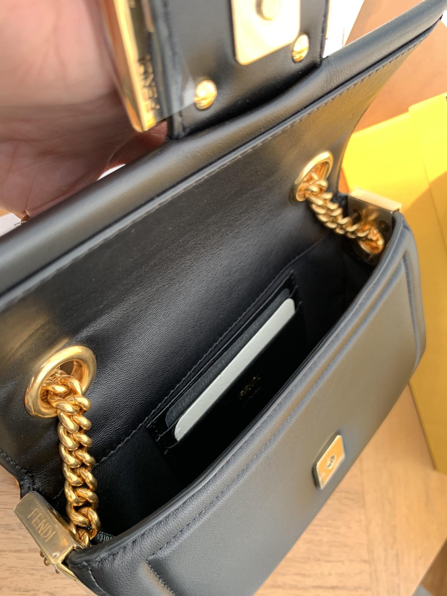 现货 全新Baguette 系列 链条 手袋采用翻盖设计 简约却自带气场 随性自由却优雅十足 19cm