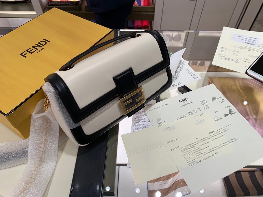 现货 全新Baguette 系列 链条 两种色彩拼接手袋采用翻盖设计 随性自由却优雅十足 26cm