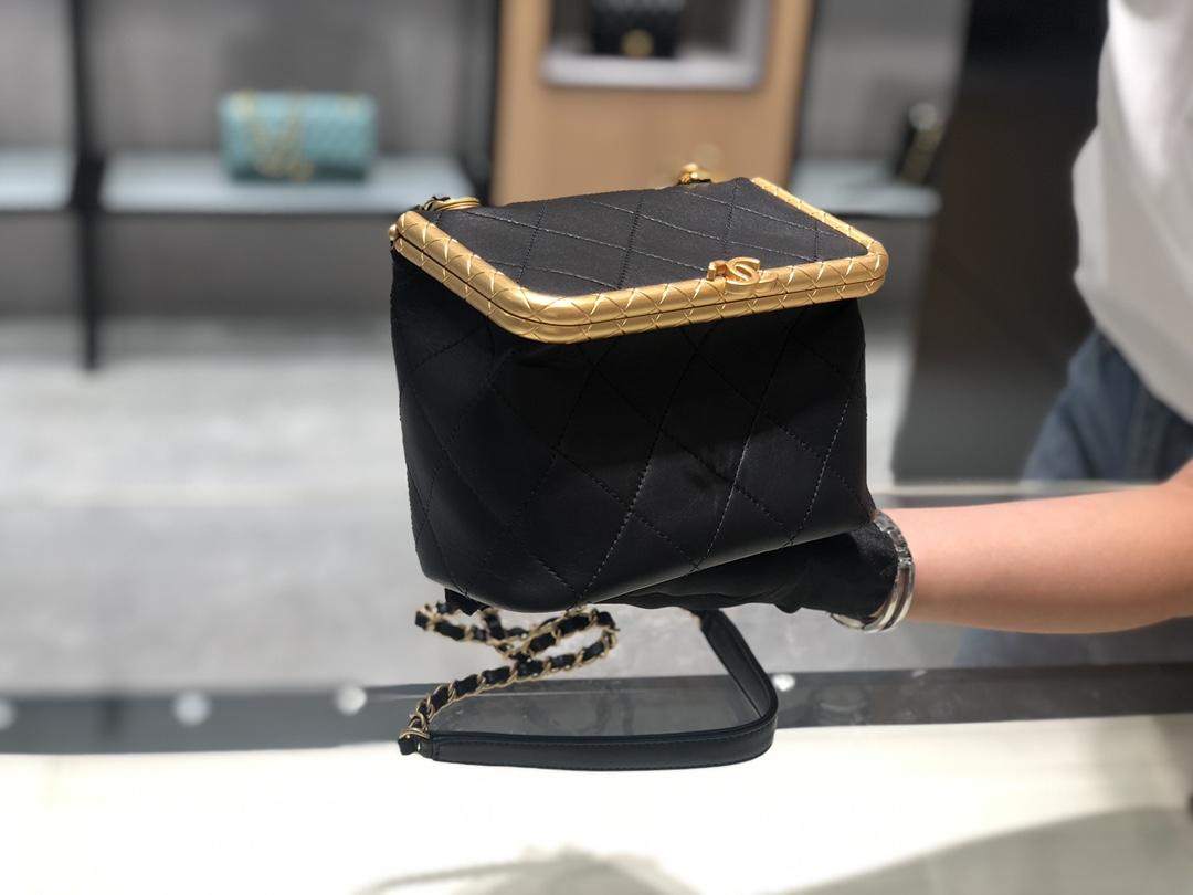 小香2020最走秀款夹子包~大号实用款~全铜做旧真金电镀五金设计~复古的高级质感~意大利ZP小羊皮~尺寸:**Cm