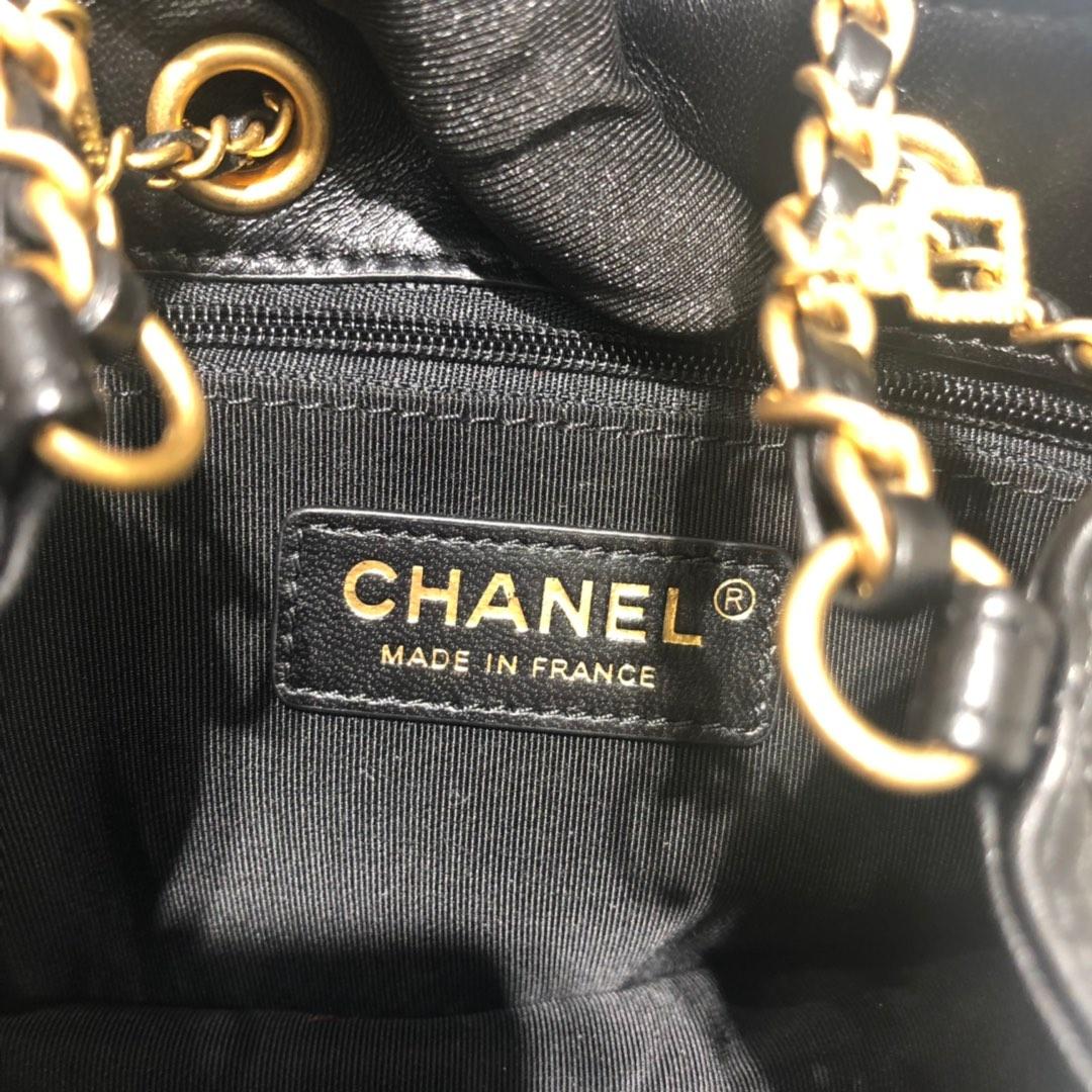 Chanel 新款链条徽章小桶包小羊皮抽绳设计太可爱了小号现货 Size:18/10/15