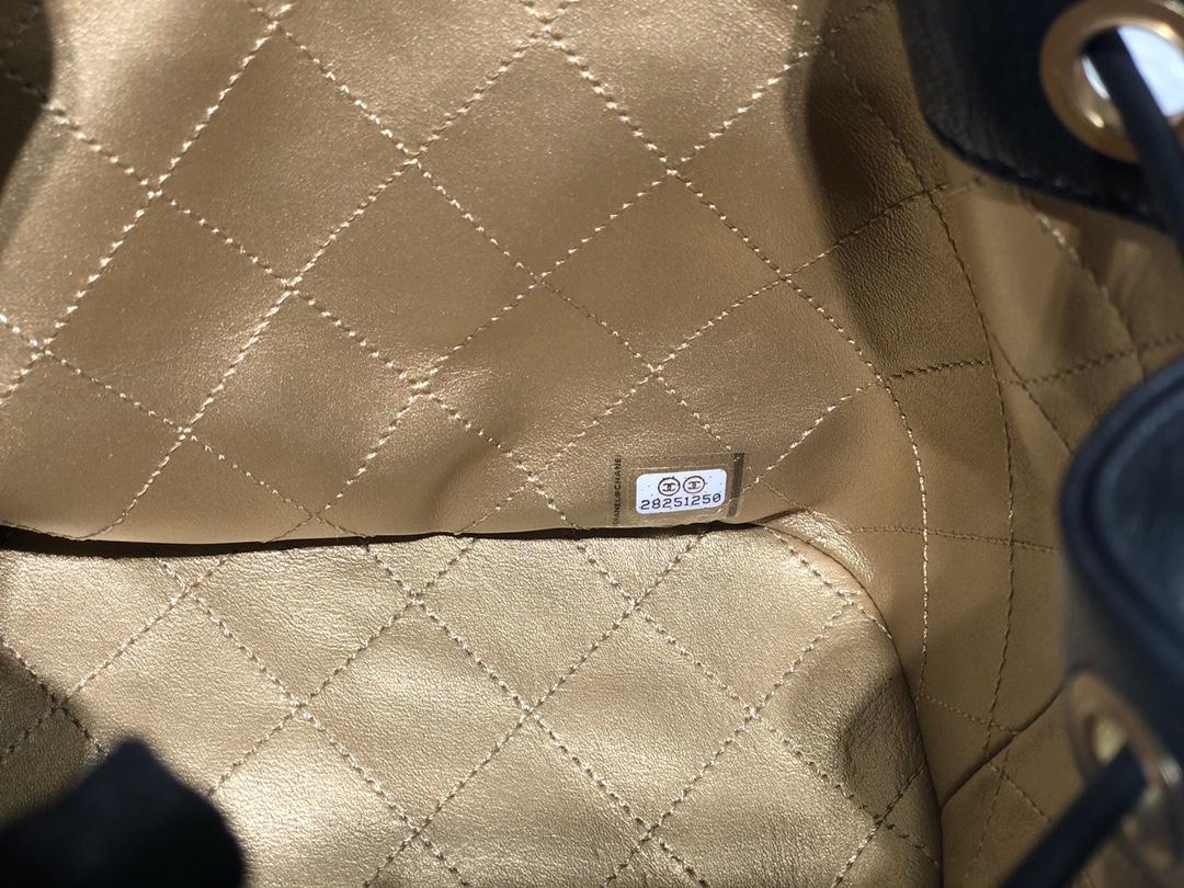 小香2020早秋新款水桶包 ~这只抽绳小水桶亮点就是由各种徽章的别致做旧五金镶嵌而成~很有特点~超百搭~尺寸:16*17*13*cm