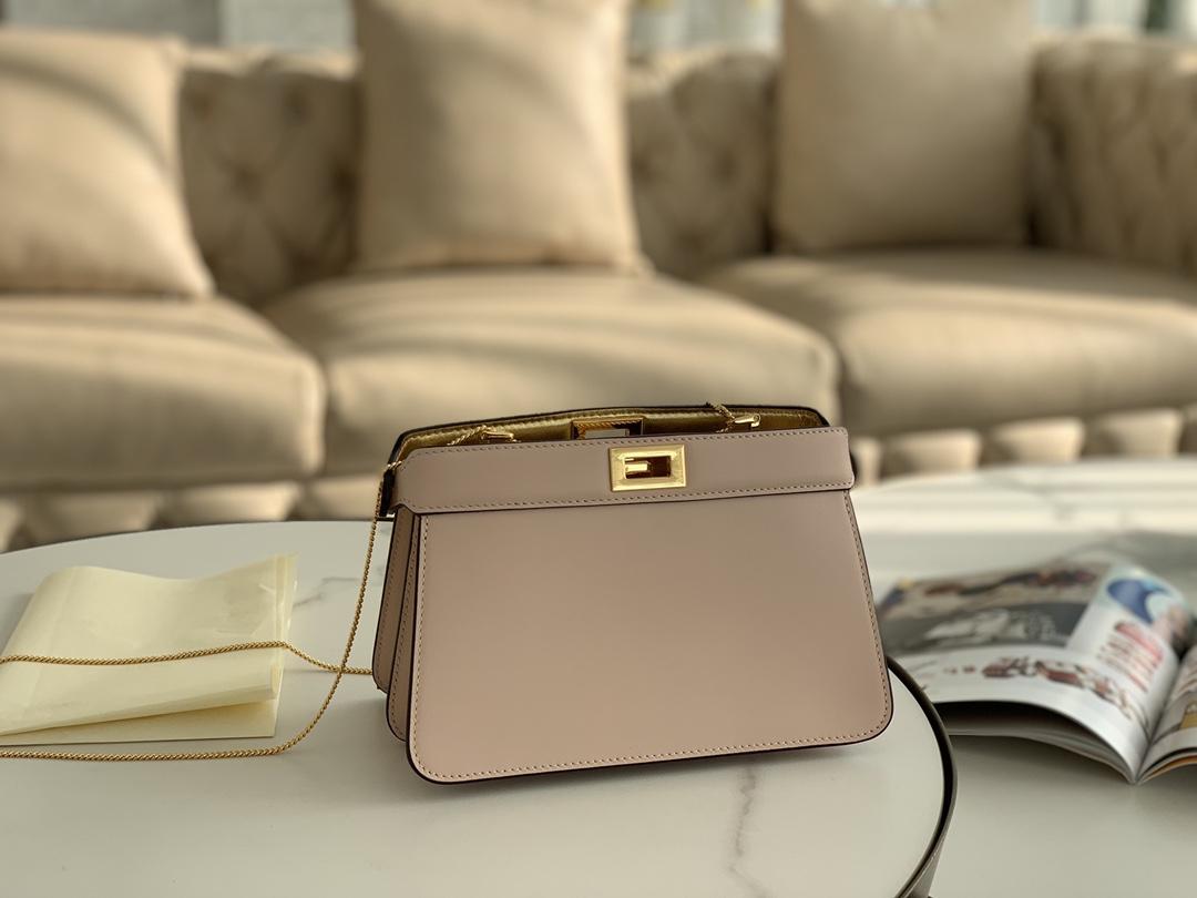 FENDI官网最新款 粉色现货出 最新IconicpeekabooISeeU手袋 包身是纯色 尺寸:21cm