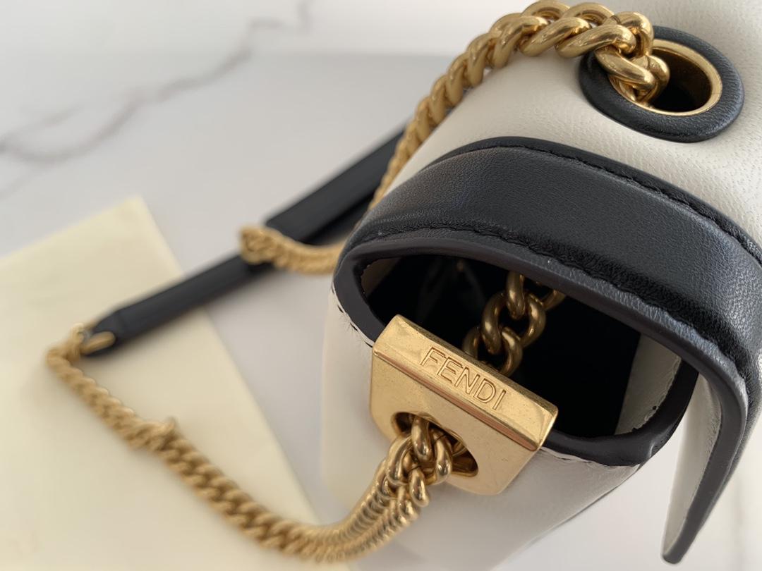 FENDI现货 全新Baguette 系列 链条 以独特的全新设计带来别样的惊喜 两种色彩拼接手袋采用翻盖设计 简约却自带气场随性自由却优雅十足 26cm8836