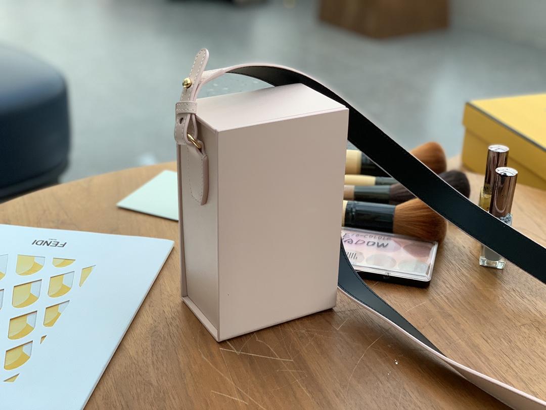 FENDI官网最新款 现货出Pack 最新系列竖版 经典的购物袋 单背随性大方  手拎也有别番韵味 10.5x17x7cm 9020