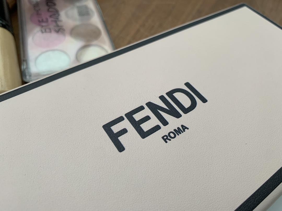 FENDI官网最新款 Pack 最新系列横版 怎么背都抢眼有型 单背随性大方 手拎也有别番韵味 24x10.5x5cm 9021