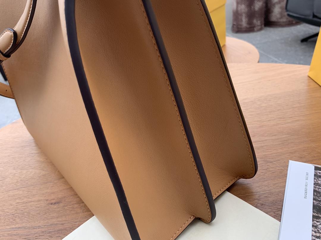 FENDI 现货出 最新IconicpeekabooISeeU手袋 包身是纯色 内衬带点小撞色 杏色 33x25x13cm.8838