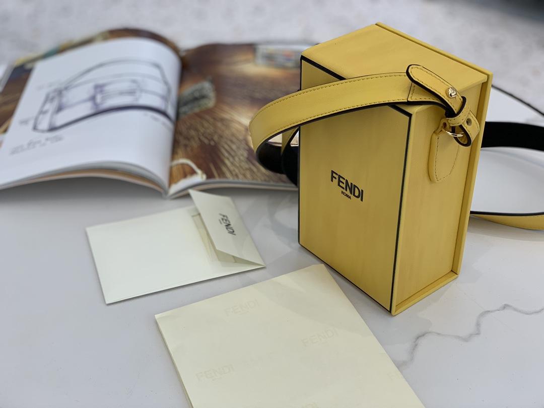 现货出 FENDI Pack 最新系列横版 10.5x17x7cm 9020 以经典的购物袋 包装盒做为设计灵感 单背随性大方手拎也有别番韵味