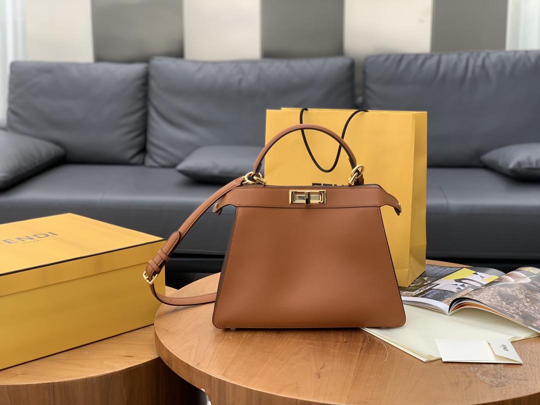 FENDI 现货出  最新 Iconic peekaboo ISeeU 手袋 包身是纯色 内衬带点小撞色 焦糖色 33x 25x13cm. 8838
