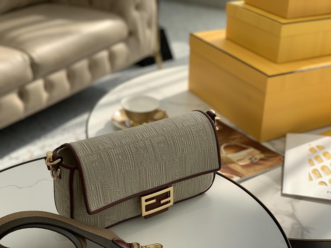 FENDI现货 最新帆布刺绣 采用翻盖设计,内衬配有拉链袋,手柄带可拆卸可手拎 26cm