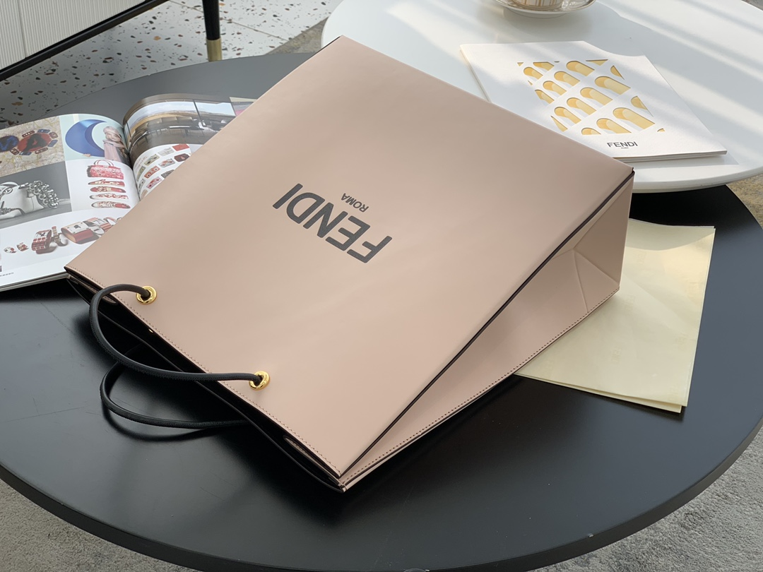 FENDI Pack 最新系列 经典的购物袋 包装盒做为设计灵感 35x34x14cm 小牛皮