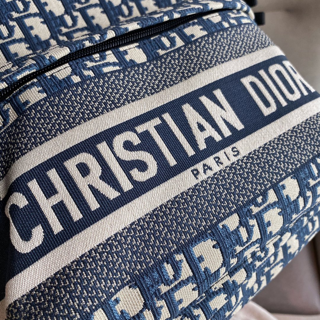 Dior 2021 迪奥 Travel双肩背包35*41*15  巧妙融合标志性细节与 ~时尚而实用的设计~  正面拉链口袋更显休闲