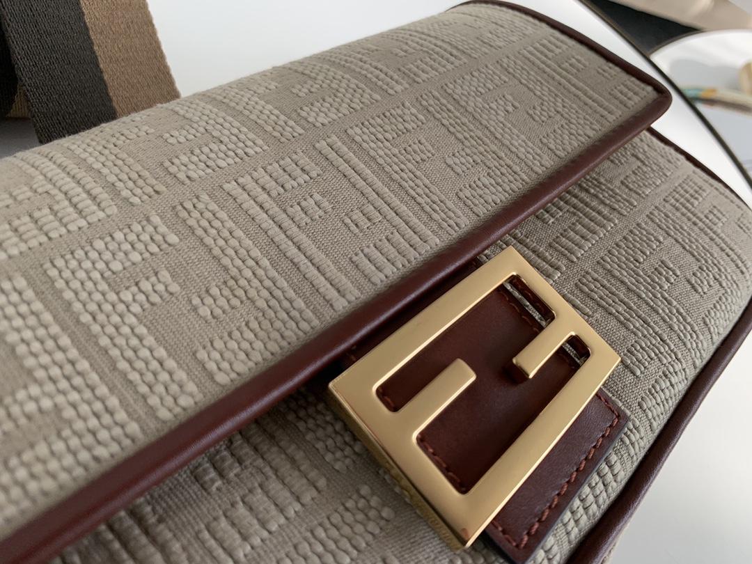 芬迪fendi 最新 baguette 帆布刺绣 采用翻盖设计 内衬配有拉链袋 手柄带可拆卸可手拎 26cm