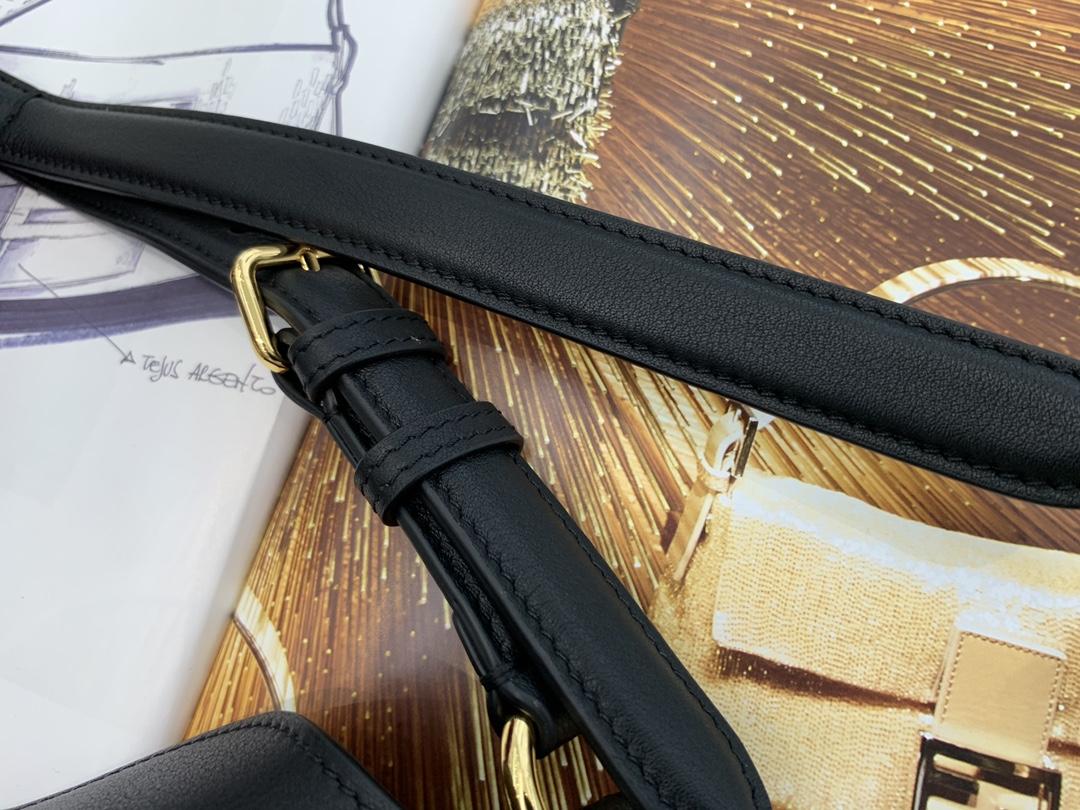 FENDI芬迪 最新腋下牛角包  牛角包 标志性FF搭扣、腋下背起来超级舒适 非常百搭 复古随性 29x22x3cm 8006