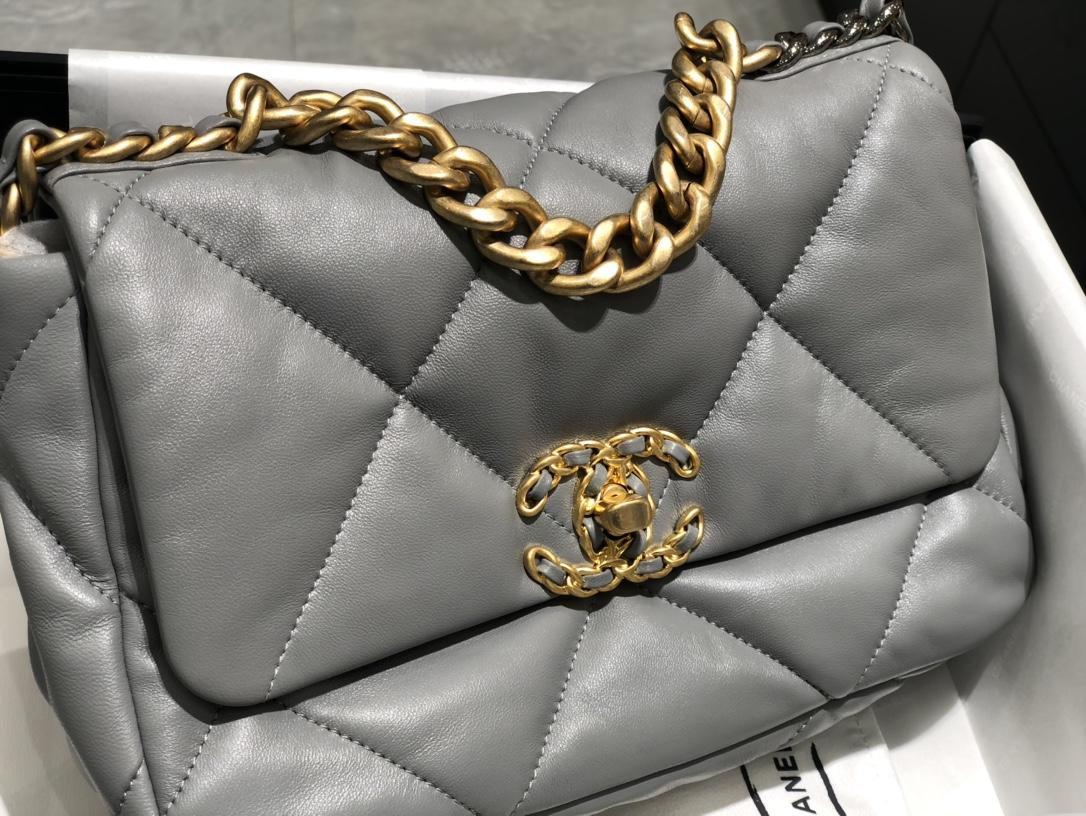 Chanel  19Bag口盖包 奶奶灰~特别的好搭配~进口羊皮摸起来特别舒服~尺寸:16*26*9cm