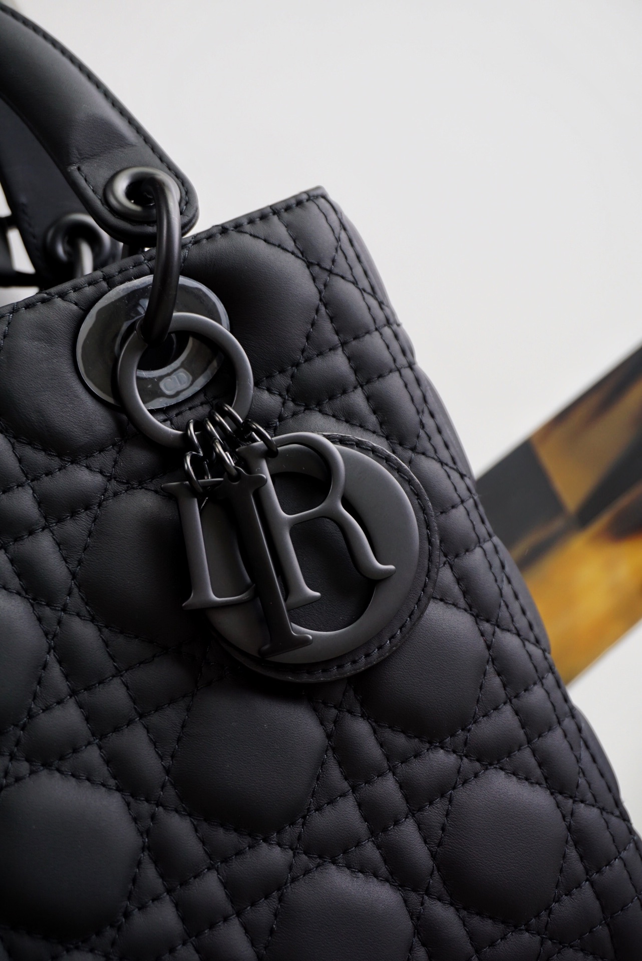 Dior 迪奥 戴妃包 Lady Dior 五格/24cm 磨砂黑 戴妃包 把酷帅彰显得淋漓尽致