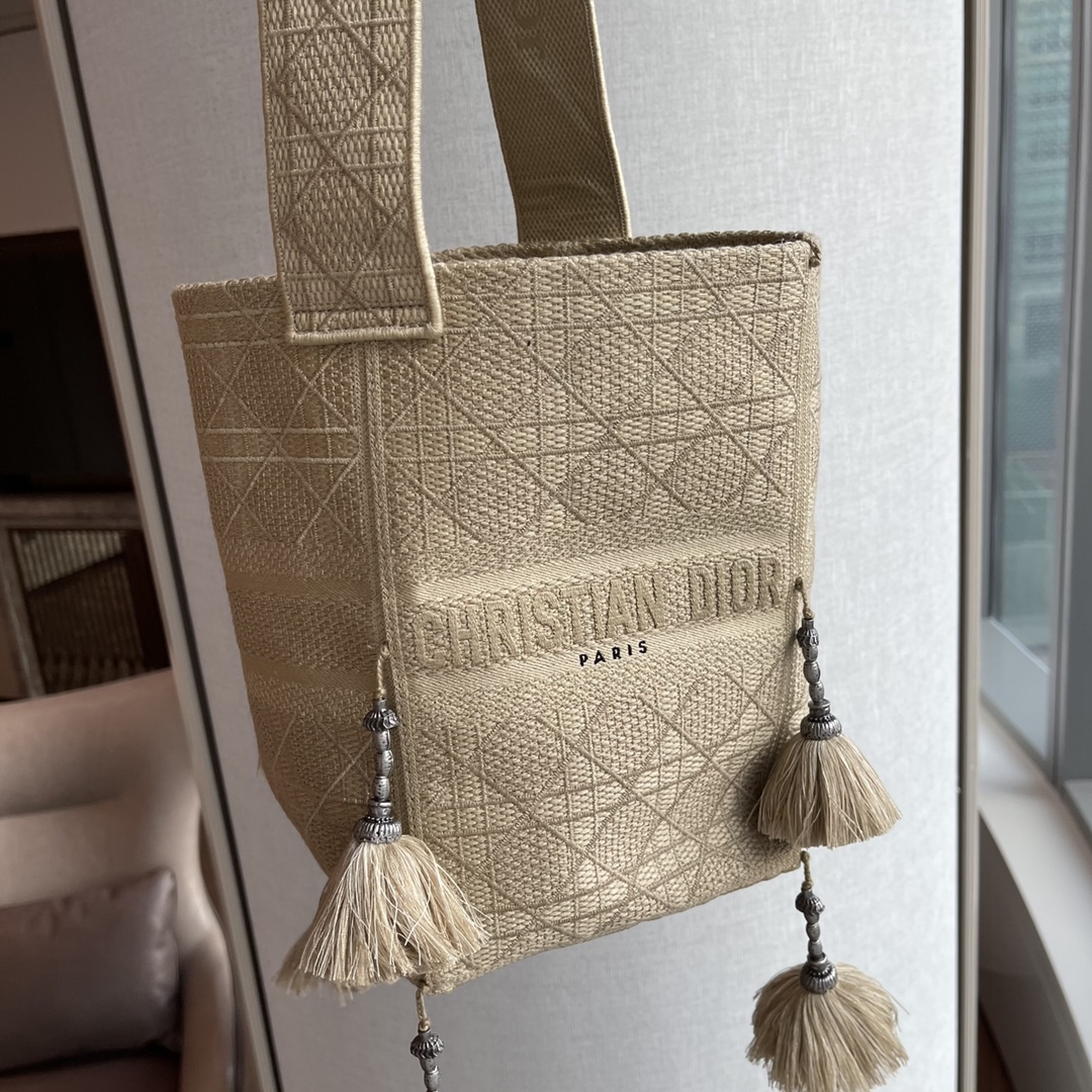 Dior 迪奥D-BUBBLE 水桶包 16*25*16  米色藤格纹刺绣草编效果~  手工绒球装饰,更添灵动~