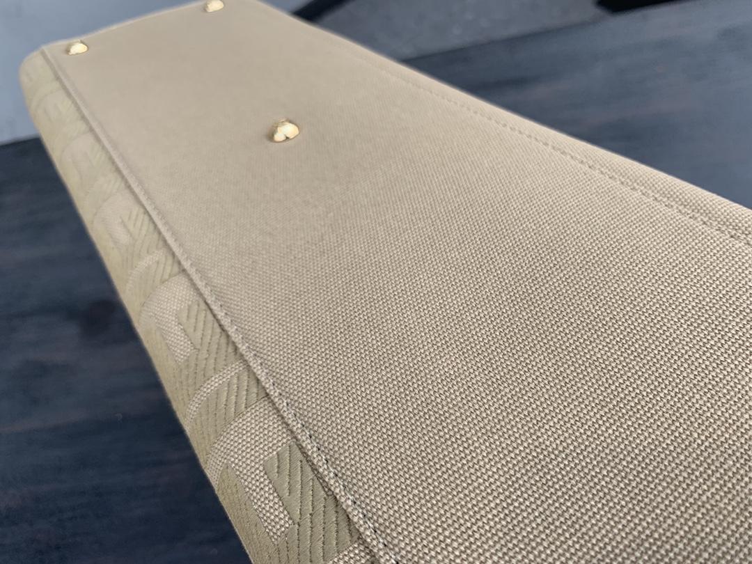 FENDI最新peekaboo x.tote 经典帆布上面配上双F的刺绣,显得复古又高级 自重很轻. 双手柄双肩带 可手拎可肩背 41x30x16cm