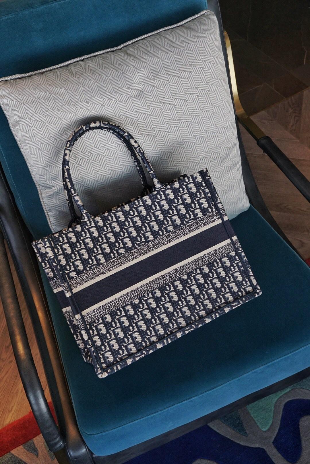 DIOR迪奥 购物袋 布纹蓝 36.5cm 小号,任何人都能驾驭