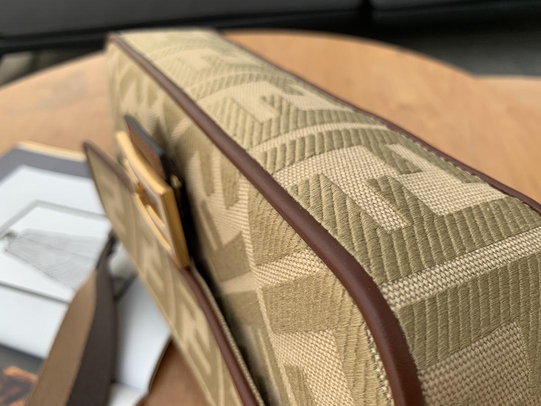 芬迪最新 baguette 帆布刺绣 采用翻盖设计 内衬配有拉链袋 手柄带可拆卸可手拎 别致点睛 尽展别样时髦魅力 26cm