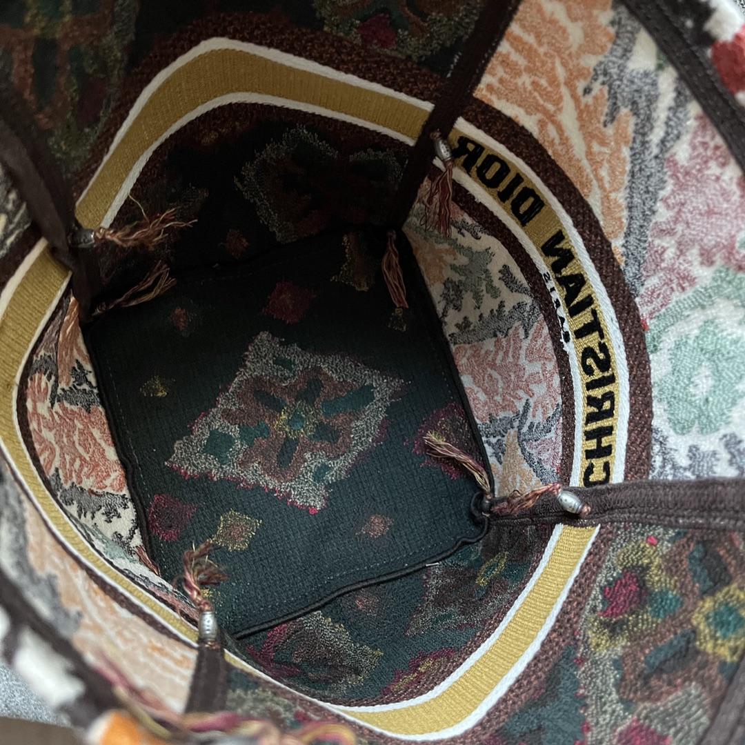Dior 迪奥 D-BUBBLE 水桶包 16*25*16  多色 Dior Paisley 图案刺绣  采用印尼巴厘岛传统工艺装饰