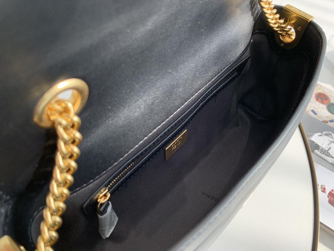 芬迪全新Baguette 系列 链条 手袋采用翻盖设计 简约却自带气场 随性自由却优雅十足 26cm 8836