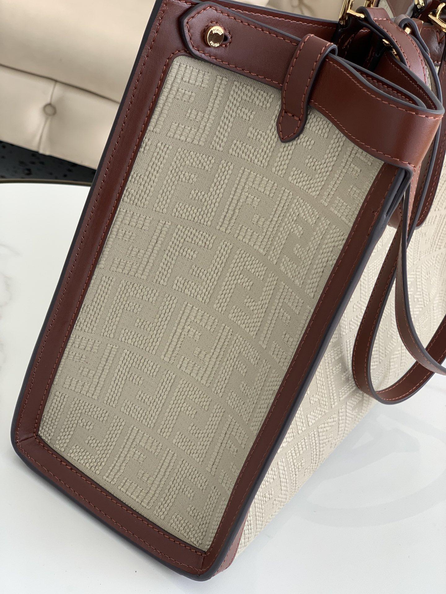 fendi芬迪最新peekaboo x.tote 帆布上面配上双F的刺绣 复古又高级 41x30x16cm