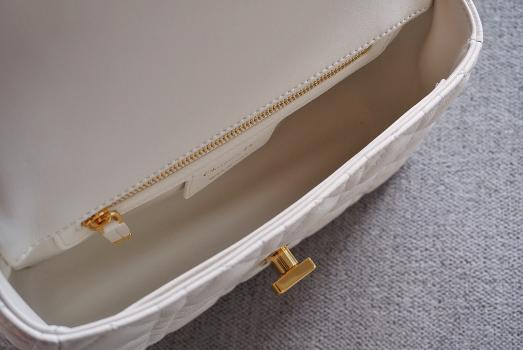Dior 迪奥Caro 白色以标志性的藤格纹 缉面线打造衔缝细节材质柔软