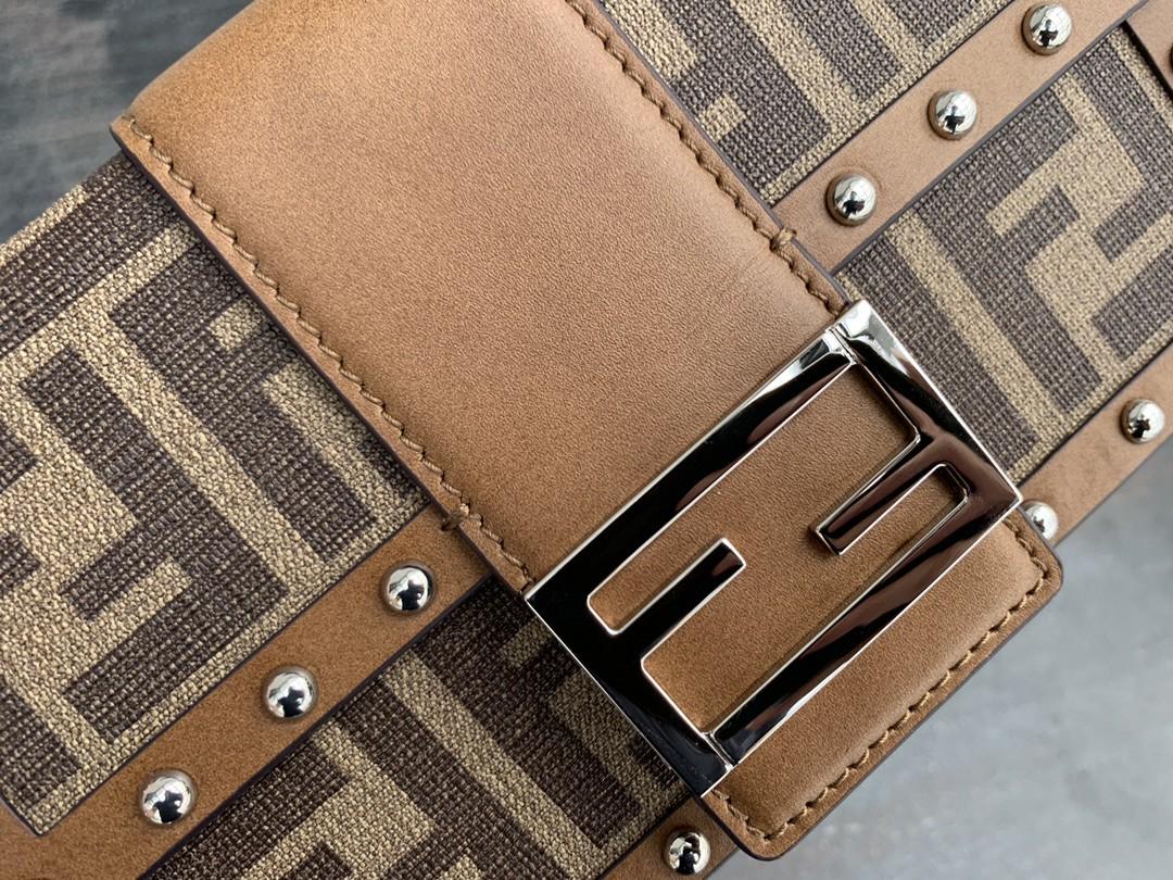 芬迪 FENDI BAGUETTE TRUNK 限量老花盒子 19cm 硬式手袋 方形翻盖设计