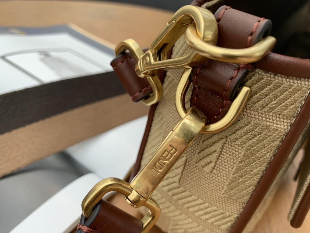 FENDI Baguette 帆布刺绣 翻盖设计 内衬配有拉链袋 26cm